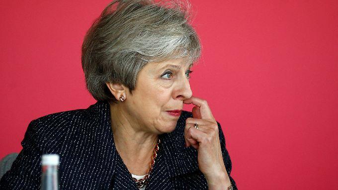 Theresa May sieht sich mit ihren Zugeständnissen an Brüssel heftigem Widerstand ihrer eigenen Regierung ausgesetzt.