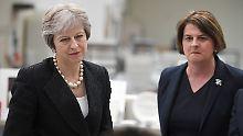 Es knirscht weiter gewaltig zwischen der britischen Premierministerin Theresa May und der DUP-Chefin Arlene Foster.