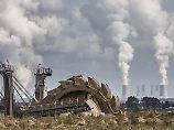 Schaufelradbagger im Tagebau Hambach, im Hintergrund das Braunkohlekraftwerk Neurath.