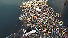 Dabei stößt er auf ein Areal, in dem es von schwimmendem Plastik nur so wimmelt.
