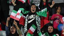 """Staatsanwalt tobt: """"Sünde"""": Iranische Frauen besuchen ein Fußballspiel"""