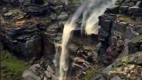 Kaum zu glauben, aber wahr: Wasserfall verkehrt scheinbar Naturgesetze