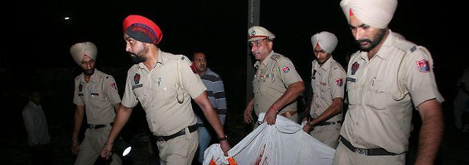 Bei einem Zugunglück in Indien sind mindestens 60 Menschen ums Leben gekommen.