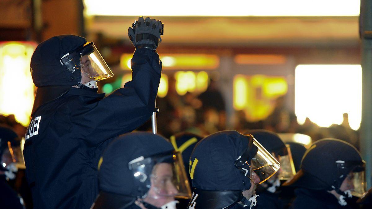 Bilder-bei-Facebook-eingestellt-Demonstranten-klagen-gegen-Polizei-in-Essen