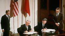 1987 unterzeichneten Ronald Reagan und Michail Gorbatschow den INF-Vertrag zur Vernichtung atomarer Mittelstreckenraketen.