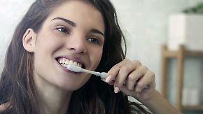 Zwei Naturmittel, ein strahlendes Lächeln: So leicht kriegt man weißere Zähne