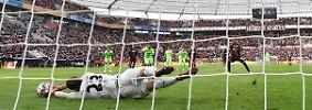 """""""Das ist die Situation, die zu uns passt."""" Leverkusens Trainer Heiko Herrlich zum Handelfmeter für sein Team in der 3. Minute - den Wendell im Stil einer Rückgabe ausführte.  Hannover-Keeper Michael Esser konnte klären."""