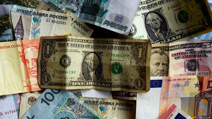 Gründer Noisternigg hatte in einem Kästchen in der Küche Währungen aus 20 verschiedenen Ländern. Er machte daraus 300 Euro.