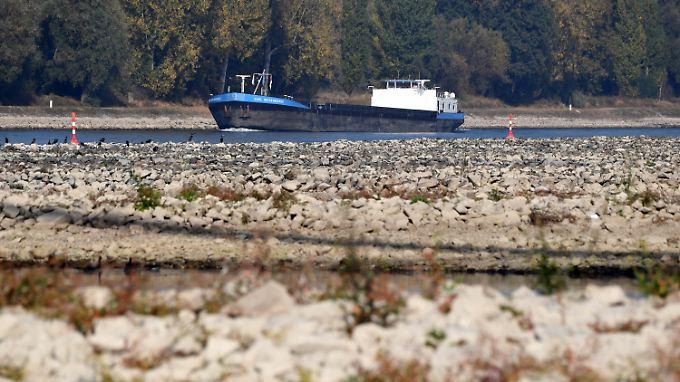 Diesel und Benzin müssen häufig mit Binnenschiffen über den Rhein transportiert werden.
