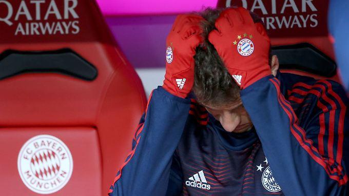 Symbolbild FC Bayern mit den Handschuhen von Thomas Müller. Schließlich spielen sie auch noch Fußball. Und das zurzeit gar nicht mal so gut.