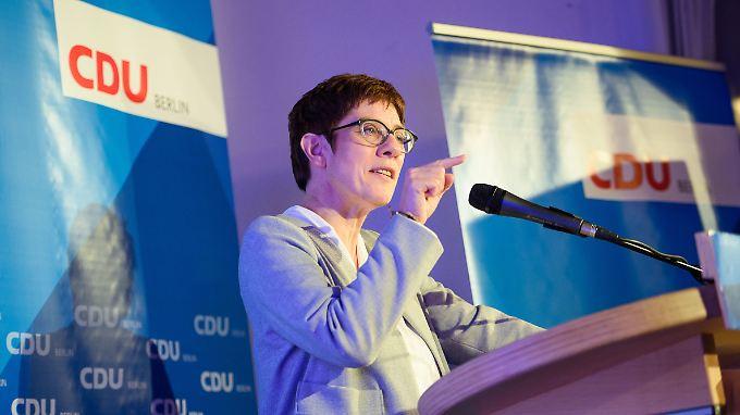 Beim Kreisparteitag der CDU Berlin-Reinickendorf erklärt CDU-Generalsekretärin Annegret Kramp-Karrenbauer schon mal, warum sie eine gute CDU-Vorsitzende abgeben würde.