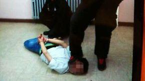 Prügel in Unterkunft bis zum Erbrechen: Wachleute misshandeln Flüchtlinge: 30 Angeklagte