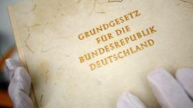 Für das Grundgesetz wurden Lehren aus der Weimarer Reichsverfassung gezogen, deren Mischung aus repräsentativen, präsidialen und plebiszitären Elementen gescheitert war.