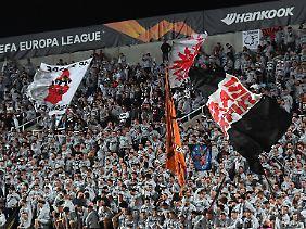 Die Eintracht-Fans sorgen für die Stimmung.