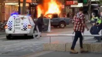 Feuer, Explosionen, tödlicher Schuss: Passanten filmen Messerangriff in Melbourne