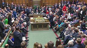 Heftiger Streit um Mays Pläne: Brexit-Debatte versinkt in lautstarkem Chaos