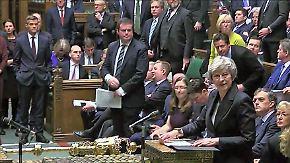 Tumult nach Mays Brexit-Entwurf: Minister treten zurück, Parlament revoltiert