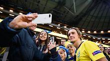 It's Selfie-Time: Schweden steigt in die A-Gruppen der Nations League auf. Kristoffer Olsson freut's, die Fans auch.