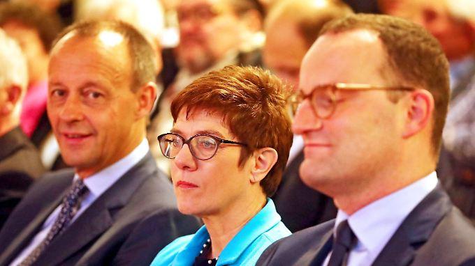 Noch sitzen sie gemeinsam in der ersten Reihe - am 7. Dezember wird eine(r) von ihnen zum CDU-Chef gewählt. Oder zur CDU-Chefin.