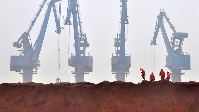 Drohender Konjunktureinbruch in China? Im Hafen von Tianjin rund 150 Kilometer südöstlich von Peking lagert Eisenerz aus Australien.