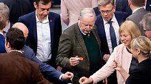 AfD-Chef Alexander Gauland gibt im Bundestag seine Stimme ab.