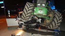 Frau überlebt Horror-Crash: Riesiger Traktor zerdrückt Kleinwagen