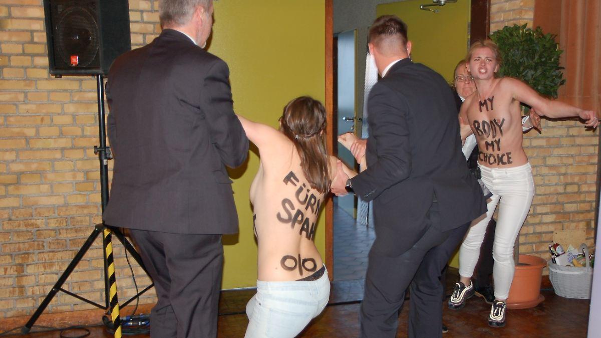 Femen-Aktivistinnen bedrängen Jens Spahn