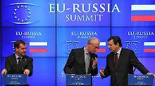 Noch etwas im Abseits: Russlands Präsident Medwedew (li) mit Ratspräsident Van Rompuy und Kommissionspräsident Barroso (re).