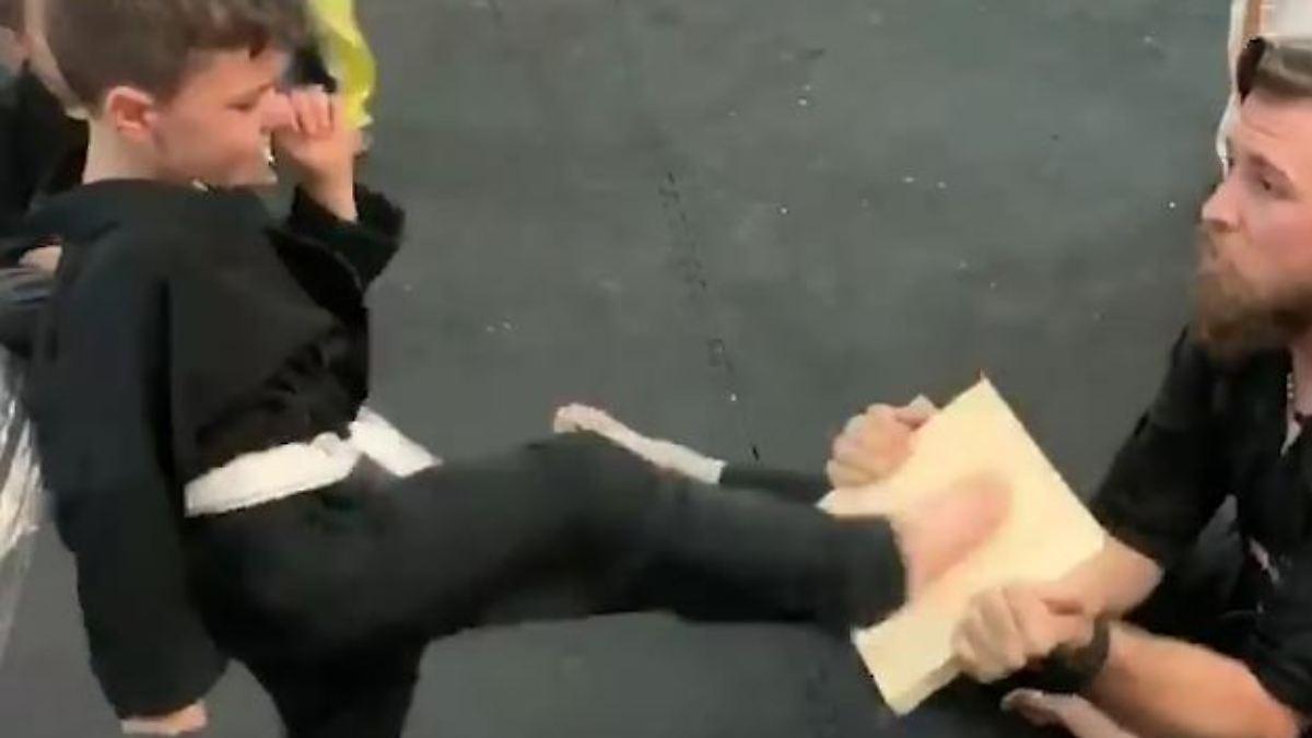 Verzweifeltes Karate Kid wird bejubelt