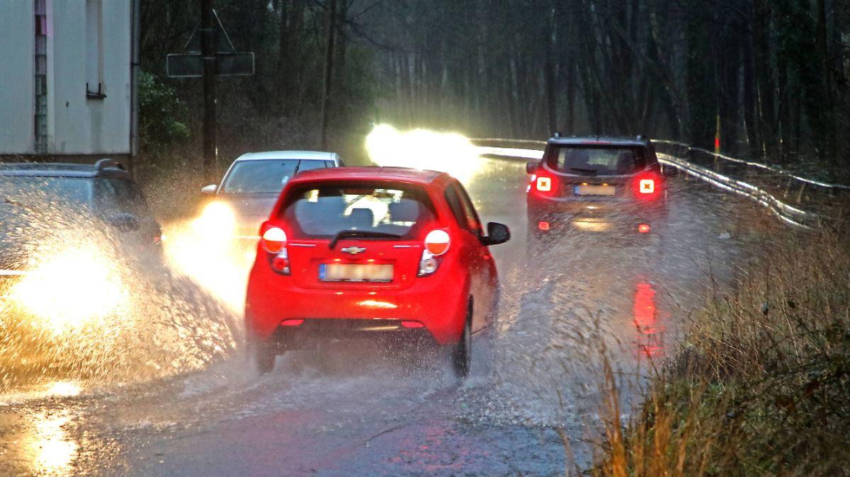 So reagieren Autofahrer bei starkem Regen richtig