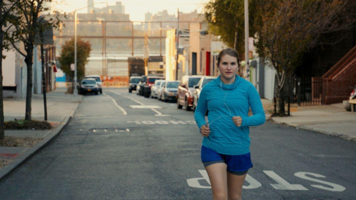 Eine Frau läuft um ihr Leben
