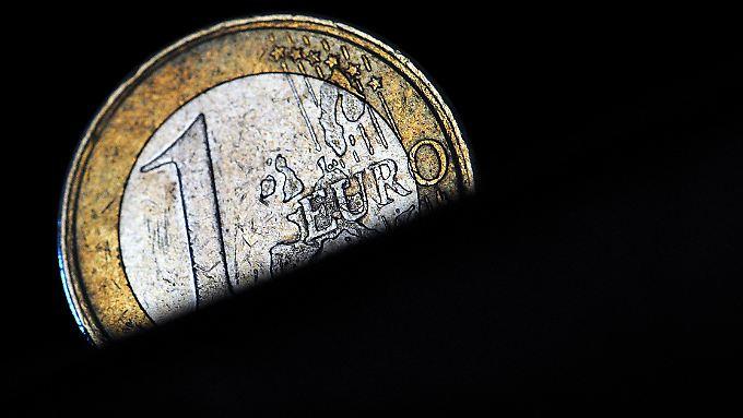 So viel steht fest: Bricht der Euro auseinander, verlassen Spanien, vielleicht auch Italien und sogar Frankreich die Währungsunion. Ihre Staatsanleihen verlieren an Wert. Und das trifft Millionen Sparer in Deutschland, die ihr Geld in Lebensversicherungen gesteckt haben.