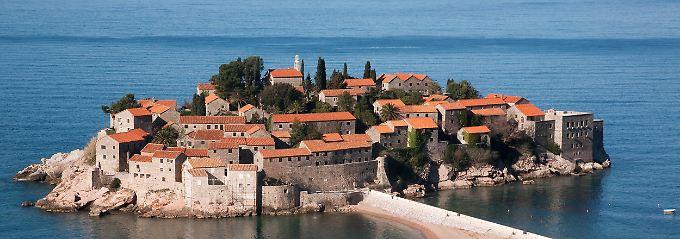 Investitionen mit Gespür für historische Bausubstanz: Die Hotelinsel Sveti Stefan vor der Küste Montenegros.