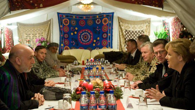 In Masar-i-Sharif traf Merkel den afghanischen Präsidenten Karsai (l.) und US-Kommandeur Petraeus (2.v.l.).