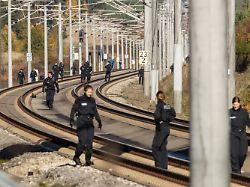 Polizisten suchen im Oktober 2018 auf der ICE Strecke zwischen Nurnberg und Munchen die Schienen ab - Mit Stahlseilen und Keilen: Lebenslange Haft nach Anschlägen auf ICE