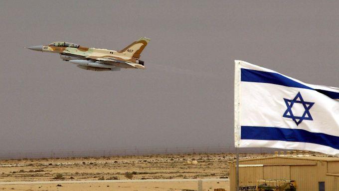 Ein israelischer F-16I-Jet hebt von einer Basis in der Wüste Negev ab (Bild aus dem Jahr 2004).