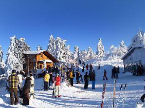 Skifahrer und Wanderer an der Bergstation des Wurmberges bei Braunlage im Oberharz.