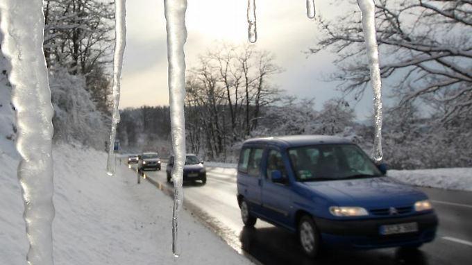 Achtung Eiszapfen! Bei Parken müssen Autofahrer zurzeit besonders achtsam sein.
