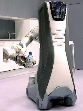 """Der Roboter """"Care-O-Bot"""" könnte in Alten- und Pflegeheimen Routineaufgaben übernehmen, zum Beispiel Wasser holen."""