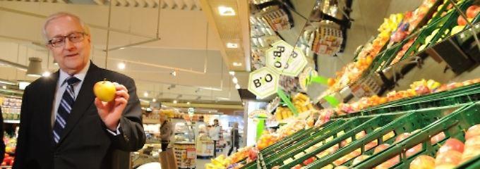 """Ein nachdenklicher Wirtschaftsminister bei einem Pflichttermin im Supermarkt: Das Gutachten enthält ein """"wichtiges Signal an die Investoren."""""""