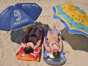 Beim Sonnenbad kann der Körper nur Vitamin D bilden, wenn die Haut nicht mit einer Sonnencreme behandelt worden ist. Sonnenbrände jedoch sollten auf jeden Fall vermieden werden.
