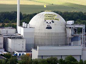 Überdenken? Die Strahlung im Umkreis von Atomkraftwerken wird bislang als unbedenklich eingestuft (im Bild das Kernkraftwerk Unterweser, an das Greenpeace-Aktivisten 2009 einen Totenschädel gemalt hatten).