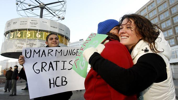 """Wildfremde Menschen fallen sich weltweit am """"Hugging Day"""" in die Arme - so wie hier auf dem Alexanderplatz in Berlin."""