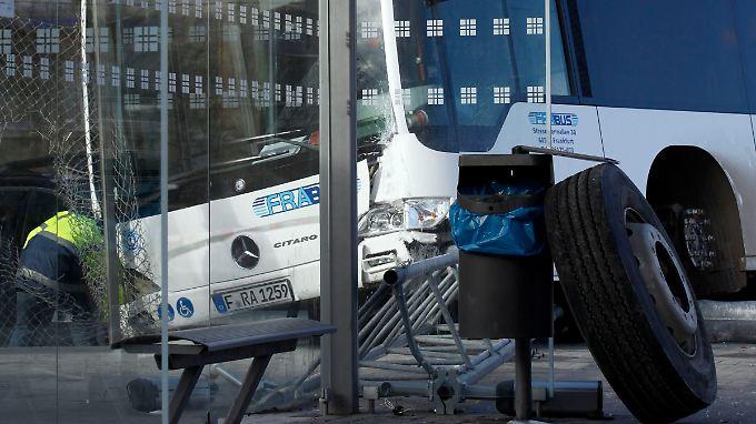 unfall am frankfurter flughafen bus f hrt in menschenmenge n. Black Bedroom Furniture Sets. Home Design Ideas