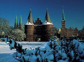 Holstentor in Schneelandschaft: Lübeck ist auch im Winter ein lohnendes Ausflugsziel.