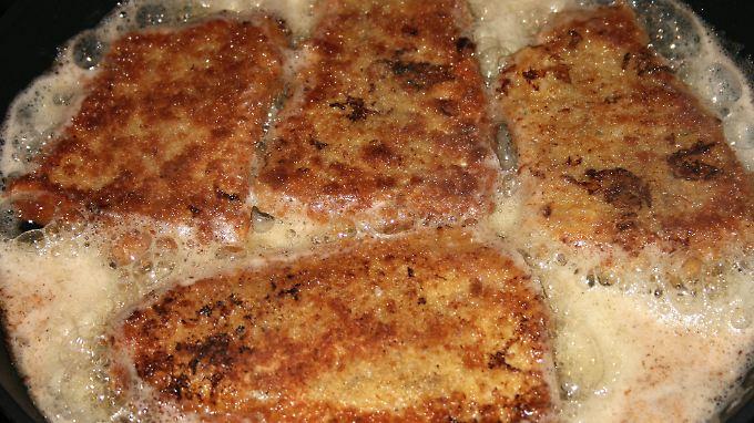 Transfette entstehen beim Erhitzen von mehrfach ungesättigten Fettsäuren, wie zum Beispiel beim Braten.