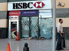 Die Unruhen in Ägypten greifen auf das Wirtschaftsleben über.