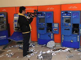 Vielerorts wurden Geldautomaten geplündert und zerstört.