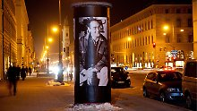 Ein Poster Bernd Eichingers an einer Litfasssäule in München.