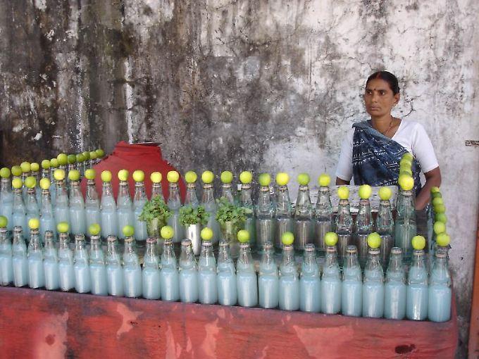 Die gesunde Variante: ungesüßte Limonade aus Wasser mit Zitronensaft, hier an einem Verkaufsstand in Rishikesh, Indien.